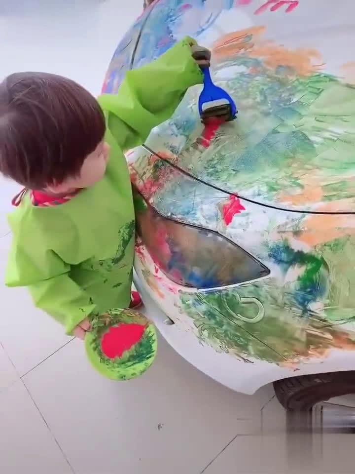孩子画得正起劲,作为家长的你,会怎么办?