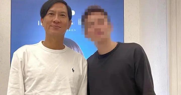 54岁张家辉与网友合影,唯一要求不准用美颜,霸气说:我就是我