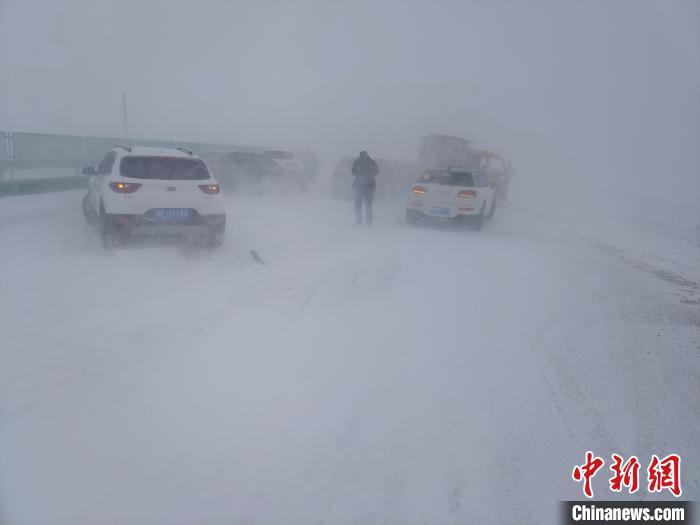 图为车辆在暴风雪中发生碰撞。 韩宇 摄