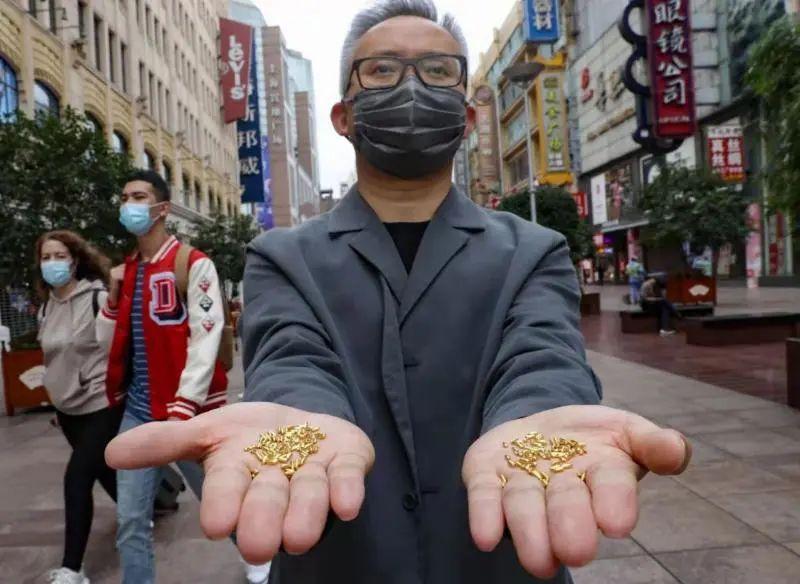 价值23万的黄金做成米粒全部扔了…网友质疑:用浪费制止浪费?艺术家回应