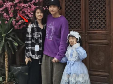 张丹峰一家三口同框,洪欣穿搭减龄时髦,真不像50岁的阿姨