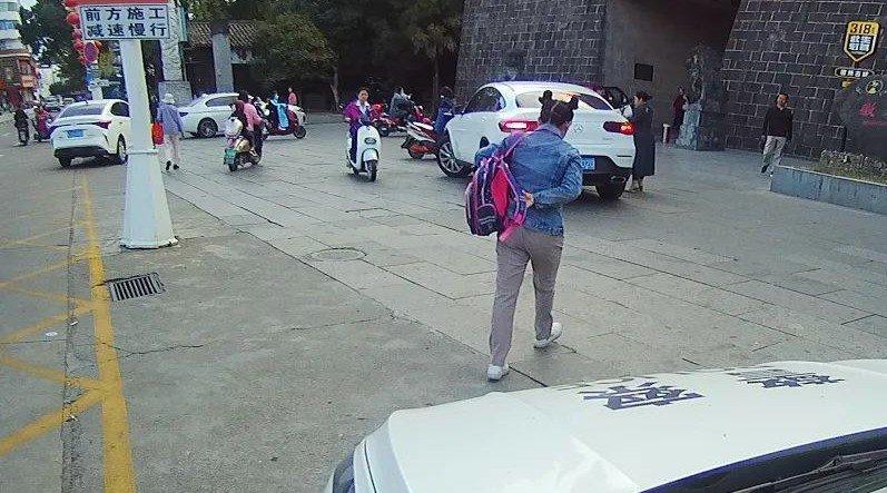 安徽交警被举报开警车送孩子上学 官方回应交警开警车送孩子上学:系帮电动车坏在路上的群众送小孩