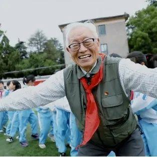 他今年90岁,戴了72年红领巾