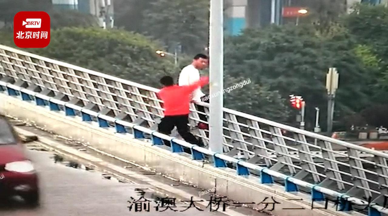 民警上班途中偶遇男子跳桥 佯装玩手机路过一把抱下