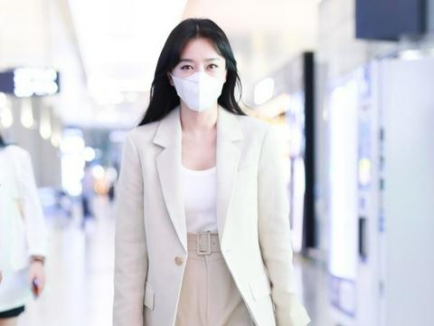 """42岁秦岚的机场街拍,就是一场场""""西装秀"""""""