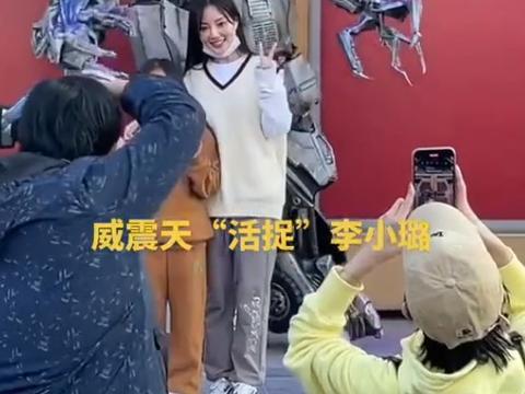 李小璐带女儿打卡环球影城,叠穿马甲像个小姑娘,甜馨又长高了
