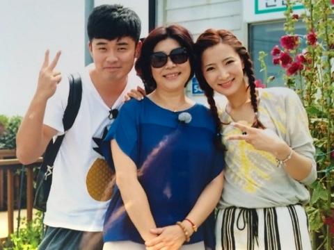 张子萱和陈赫带女儿外出就餐,街边蹦跶秀幸福,一旁的婆婆遭冷落