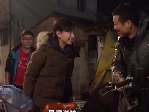 41岁董洁拍寒雨夜骑车摔倒戏,相当敬业