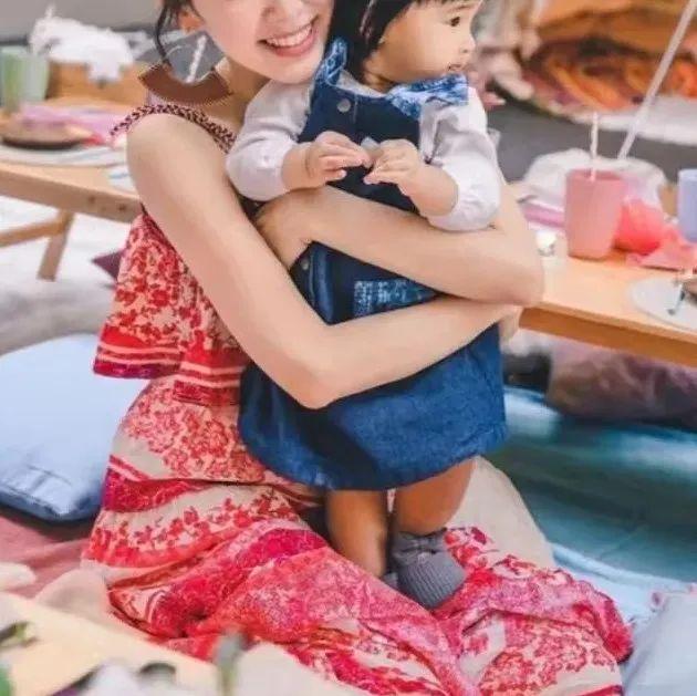 恭喜!40岁TVB童颜花旦为爱女办1岁生日会,复式豪宅花园玩户外野餐