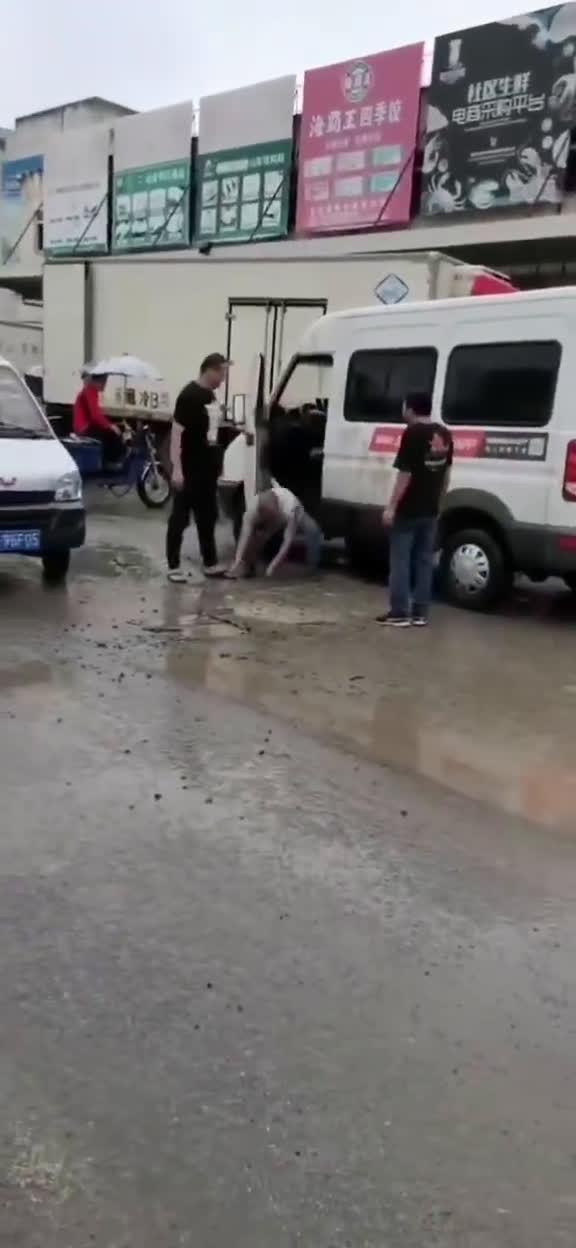 笑死,两位司机起了冲突,然后相互捧起地上的泥水往对方身上洒……
