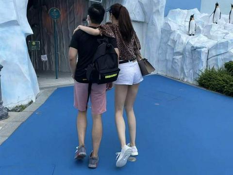 熊黛林晒照庆祝与老公结婚五周年,大长腿抢镜,与郭富城在较劲?