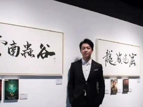 被演戏耽误的书法家,潘粤明为《突围》写剧名,两个字便看出功力