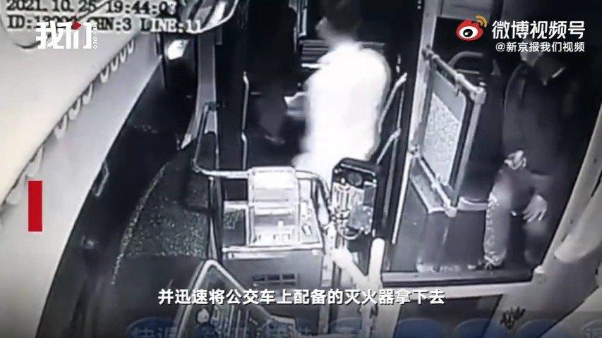 郑州一公交司机拦下车底有火光小货车