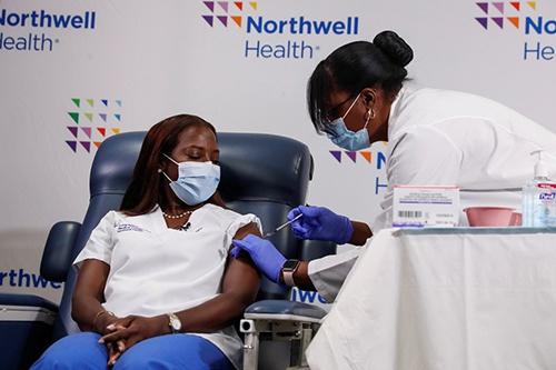 美國首名新冠疫苗接種者1月4日完成第二劑接種,圖自:澎湃影像平臺