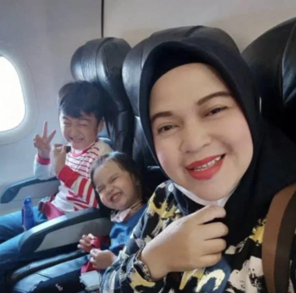 悲剧!印尼一家五口航班取消 却坐上坠毁客机