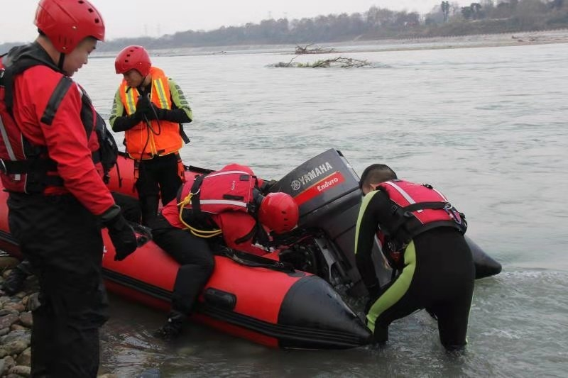 成都接连两名群众被困金马河,消防提醒