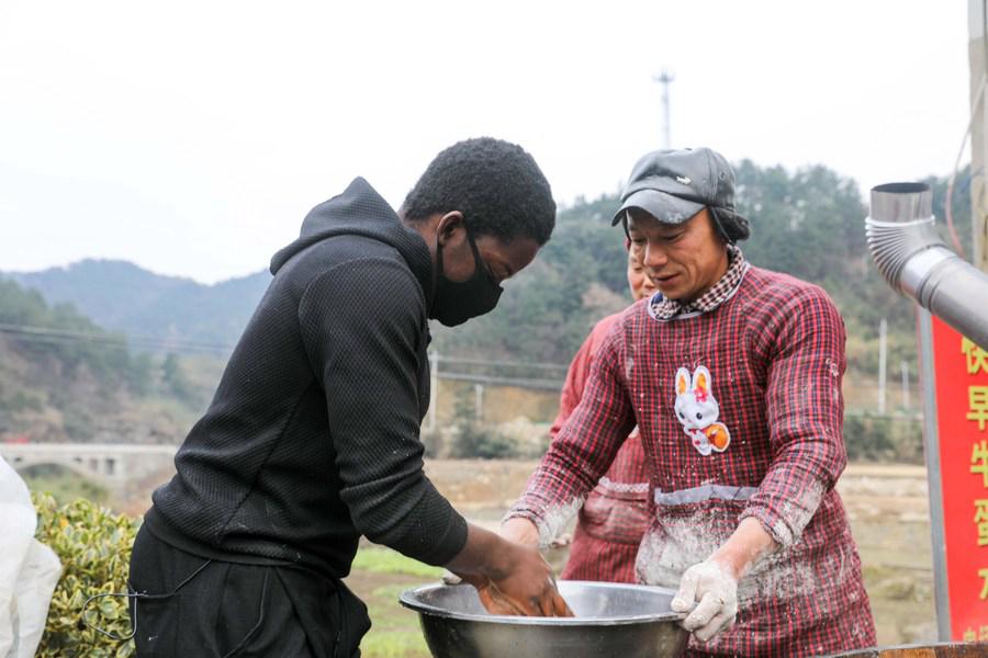 """津巴布韦籍留学生""""驻村""""日记:我看到了告别贫困的笑容"""