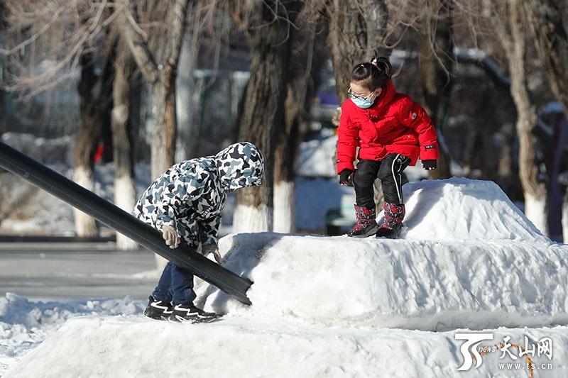 """乌鲁木齐:市民尽享""""三九""""天里的暖阳"""