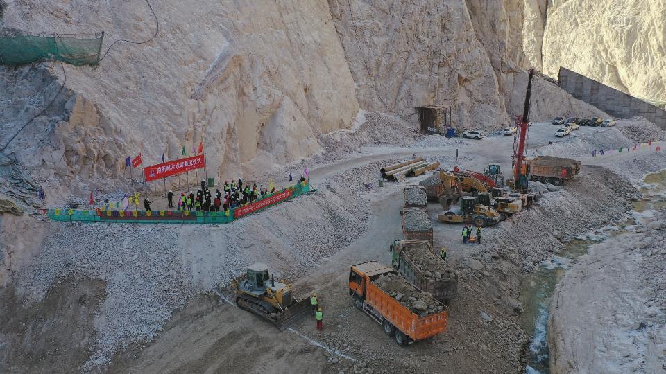 新疆和硕县:伯斯阿木水利工程成功截流