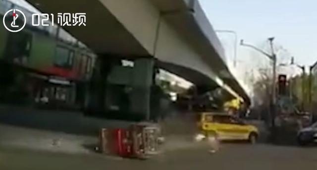 上海一残疾车闯红灯撞上出租车!沪开展残疾车交通违法专项整治