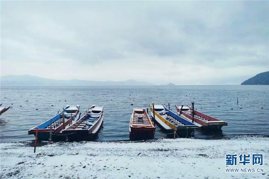 云南丽江:雪后泸沽湖美如水墨画