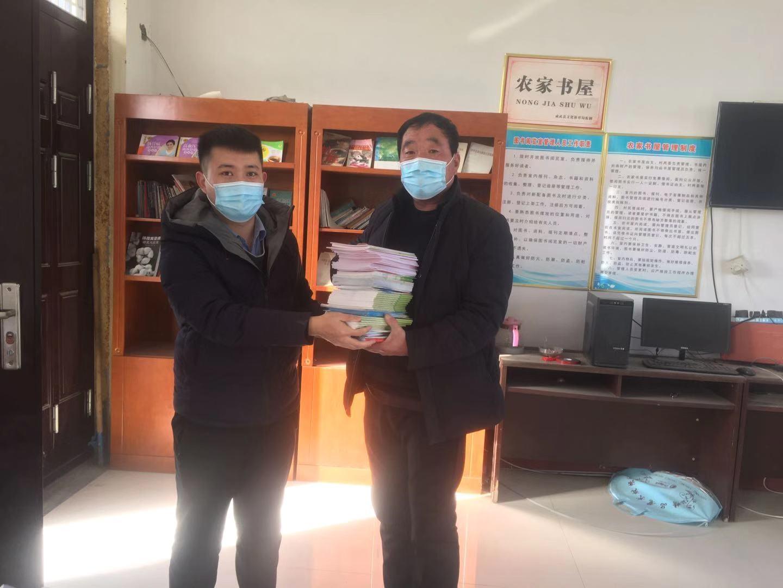 成武县司法局向农家书屋赠送法律读本