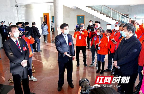 永州两会丨严华、朱洪武看望参加两会报道的新闻工作者