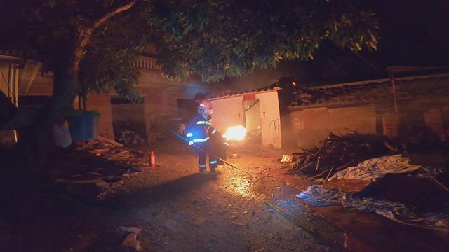 不惧危险,消防员火场拎出2个喷火煤气罐