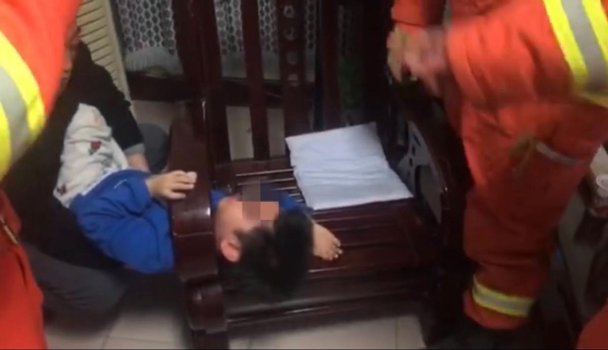 """北京一男孩被卡沙发扶手,吓得直说""""别锯我""""!消防员1分钟解困"""