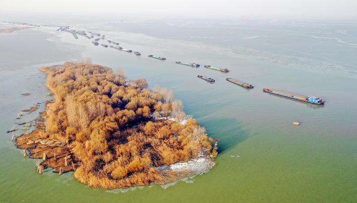 洪泽湖冰冻融化航运畅通