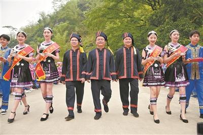 壮瑶一家亲 共创致富路 ——马山县古寨瑶族乡脱贫故事