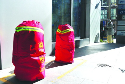 """南京路步行街消火栓穿上""""外套"""""""