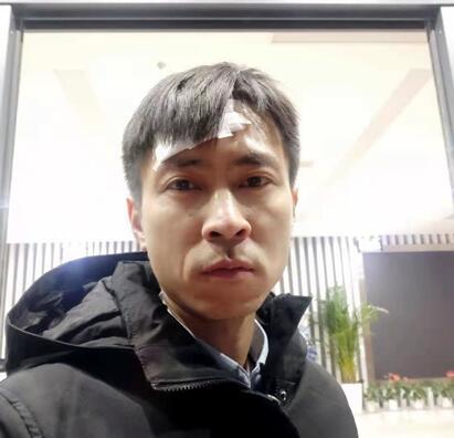 临沂:男童雕塑公园溜冰遇险 重庆人刘松冰窟勇救男孩