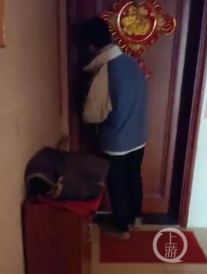 走错楼层开错楼上门,少年被人当成小偷拍下视频发微信群