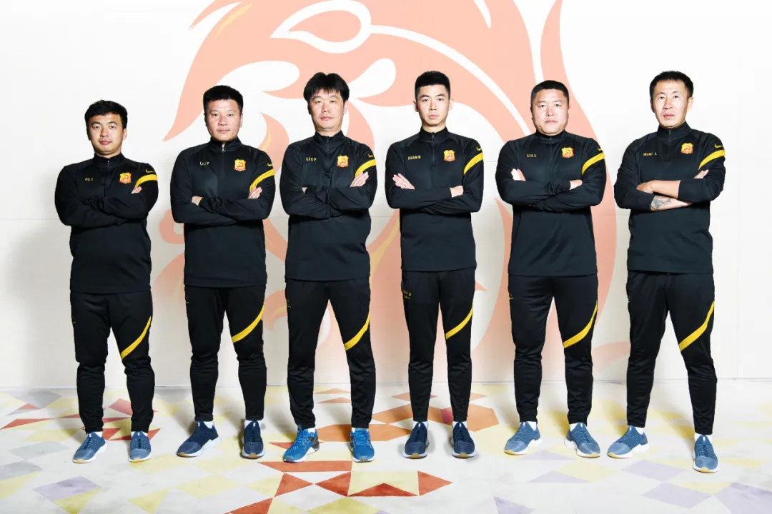 武汉卓尔官方公布了教练组成员,其中李金羽、王亮担任助理教练,李雷雷担任门将教练。