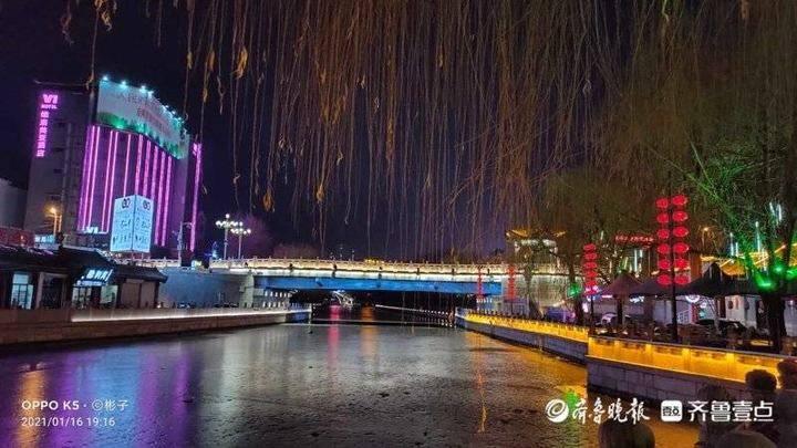夜色更精彩 霓虹灯下,济宁古运河畔灯光与倒影交相辉映犹如画卷