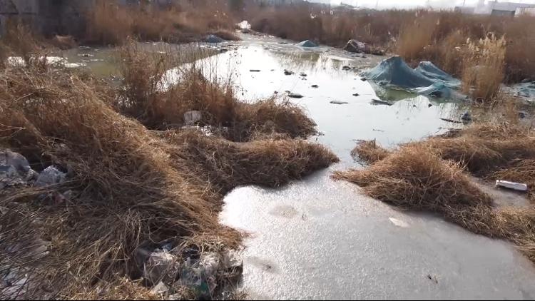 济南一小区附近工地现4个污水深坑 即将污染湖泊 水务局:2天清理完