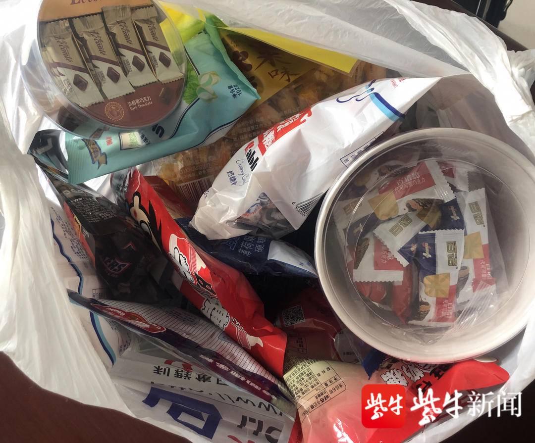 装有贵重物品的包匪夷所思地找到了,女失主给民警送来了一袋糖果