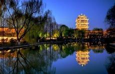 夜色更精彩 绚丽多姿如诗如画!济南大明湖夜景光影交汇极具美感