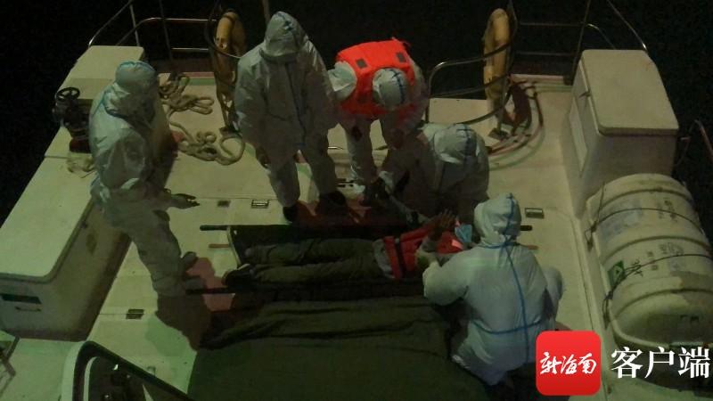 三亚救助基地紧急转运2名外籍受伤船员
