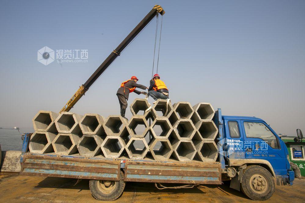 九江瑞昌市:搭建2400个人工鱼巣为长江鱼儿安新家