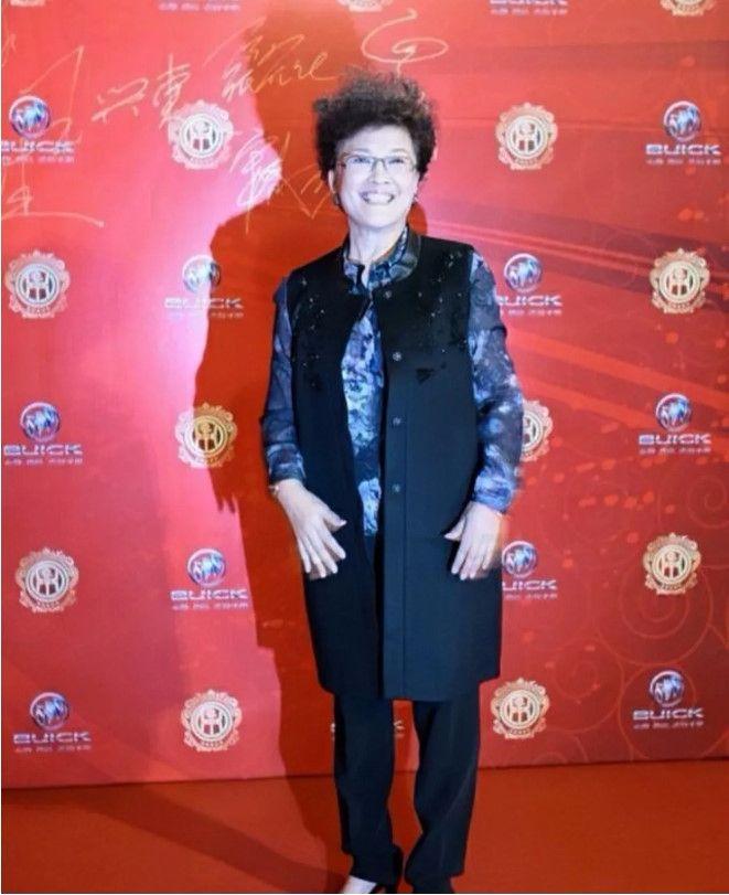 宋春丽69岁还这么漂亮,没有扮嫩掩盖年龄,顺其自然优雅变老!