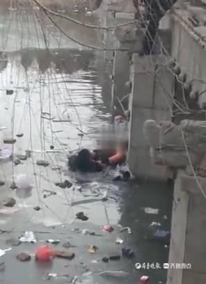12岁男孩跳入冰河,菏泽民警跳河救人