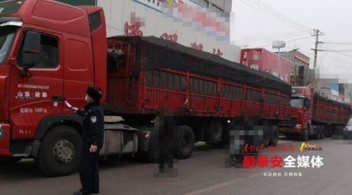 """依托群众力量 泰安交警机动大队查获7辆""""百吨王"""""""