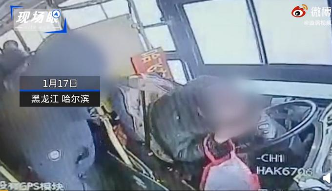 公交司机遭乘客持水杯爆头缝20针,红衣小伙出手相救!车队:终生免票