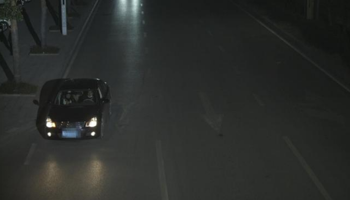 """遇交警查车 女司机""""顶包"""" """"天眼""""锁定无证司机"""