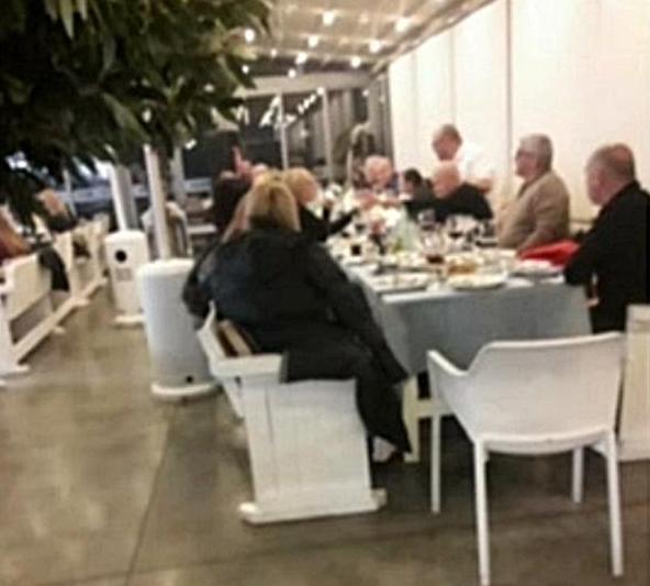 保加利亚一餐厅违规举办生日聚会 警方现场处罚57名人员