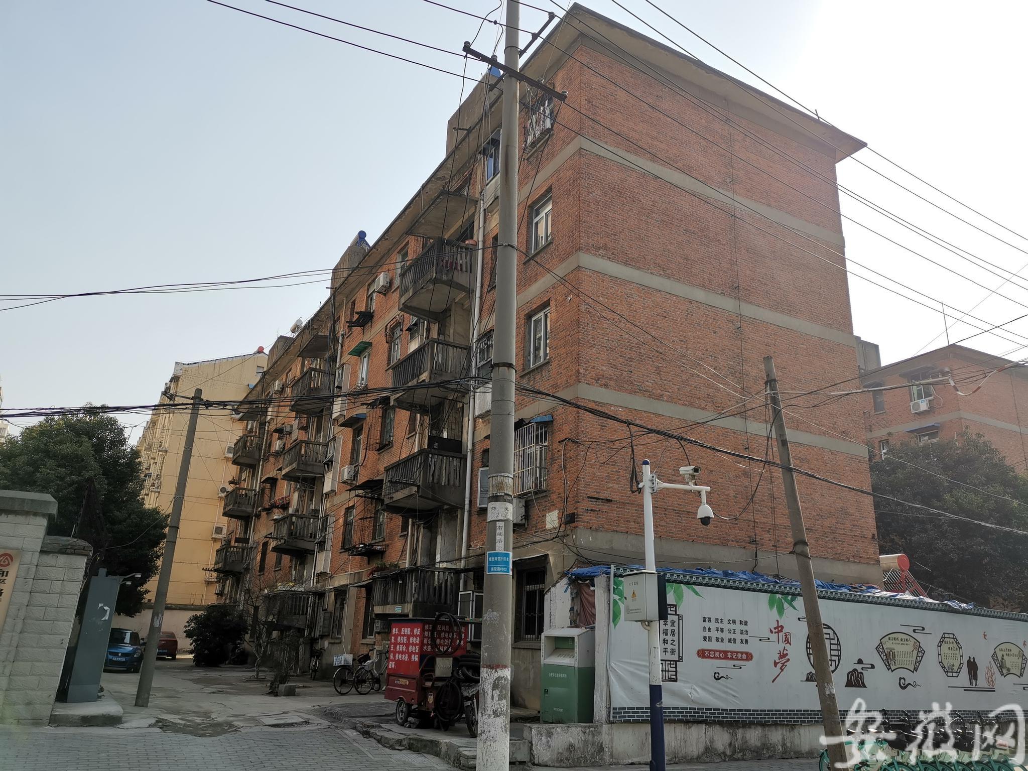 安徽合肥一老旧红楼内现两具男尸,警方已介入调查