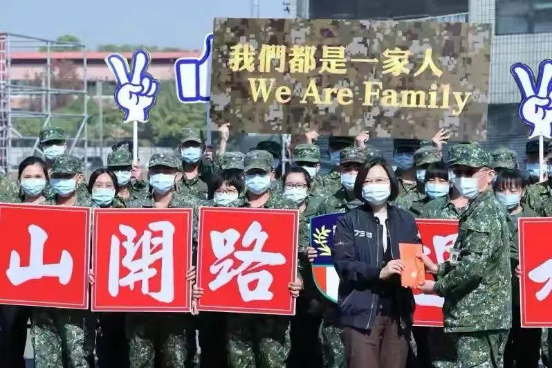 辣眼!台军女兵围着蔡英文欢唱《一想到你呀》(图)图片