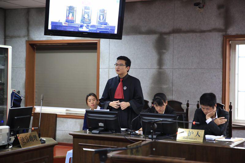 """Qing听丨""""手语律师""""的执业传奇:他帮聋哑女孩通过司法考试"""